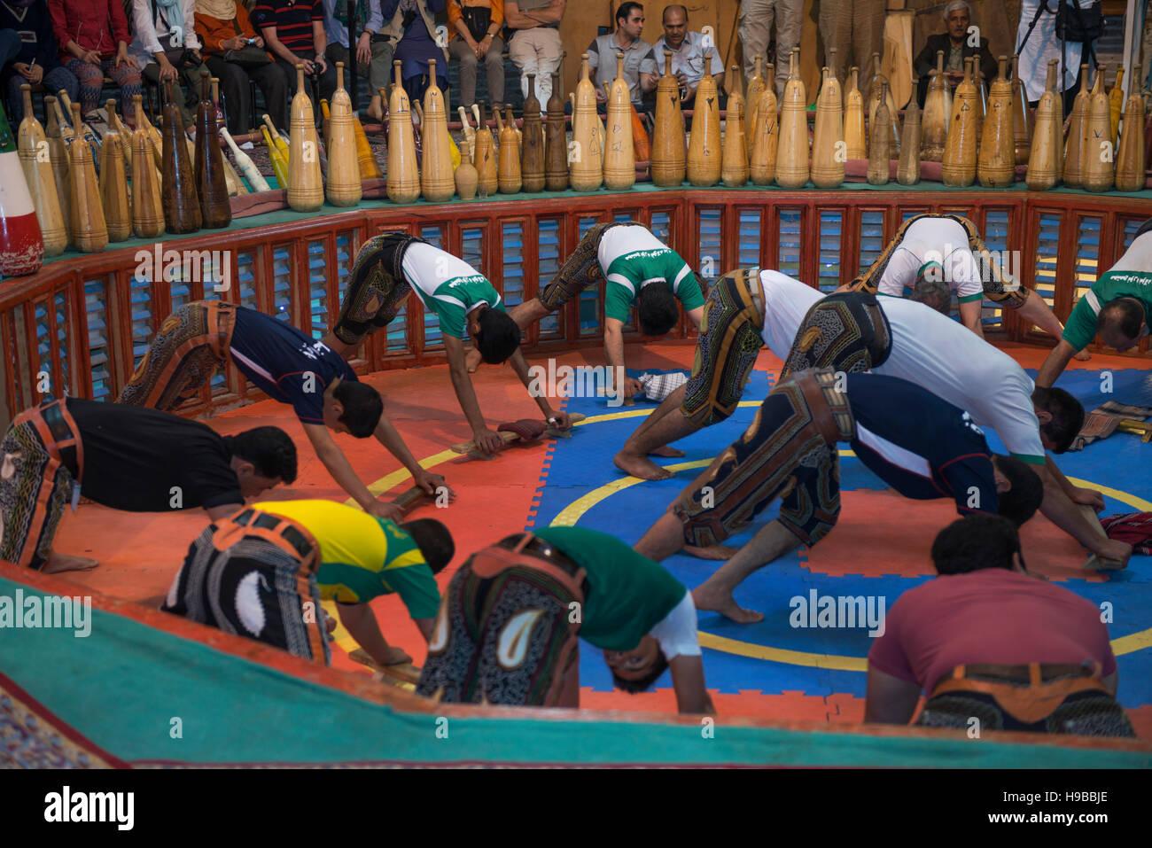 Iraniani di eseguire sport tradizionale Zorkhane Yazd Iran Immagini Stock