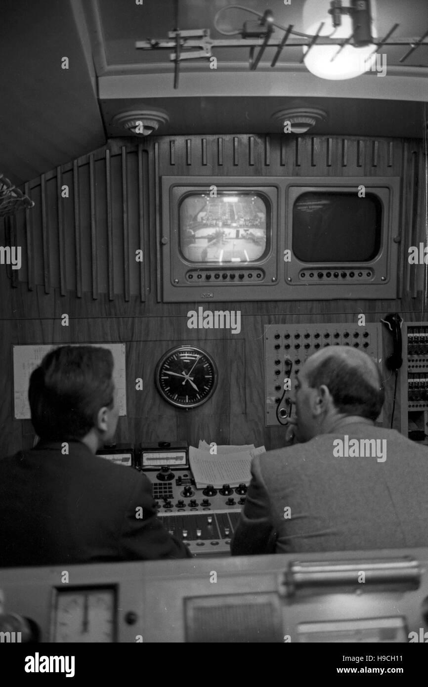Szenenfoto aus einer Produktion des Schulfunks beim NDR di Amburgo, Deutschland 1960er Jahre. Colpo di scena dalla televisione educativa a Norddeutscher Rundfunk di Amburgo, Germania 1960s. Foto Stock