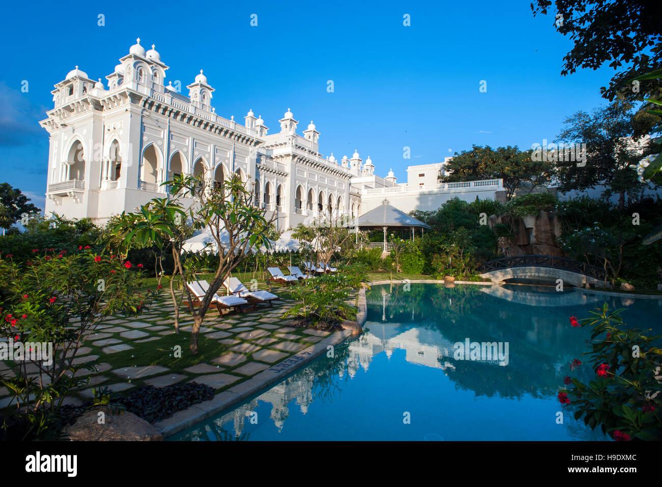 """La piscina a Falaknuma Palace Hotel in Hyderabad, India, una forma di scorpione mansion significa """"specchio Immagini Stock"""