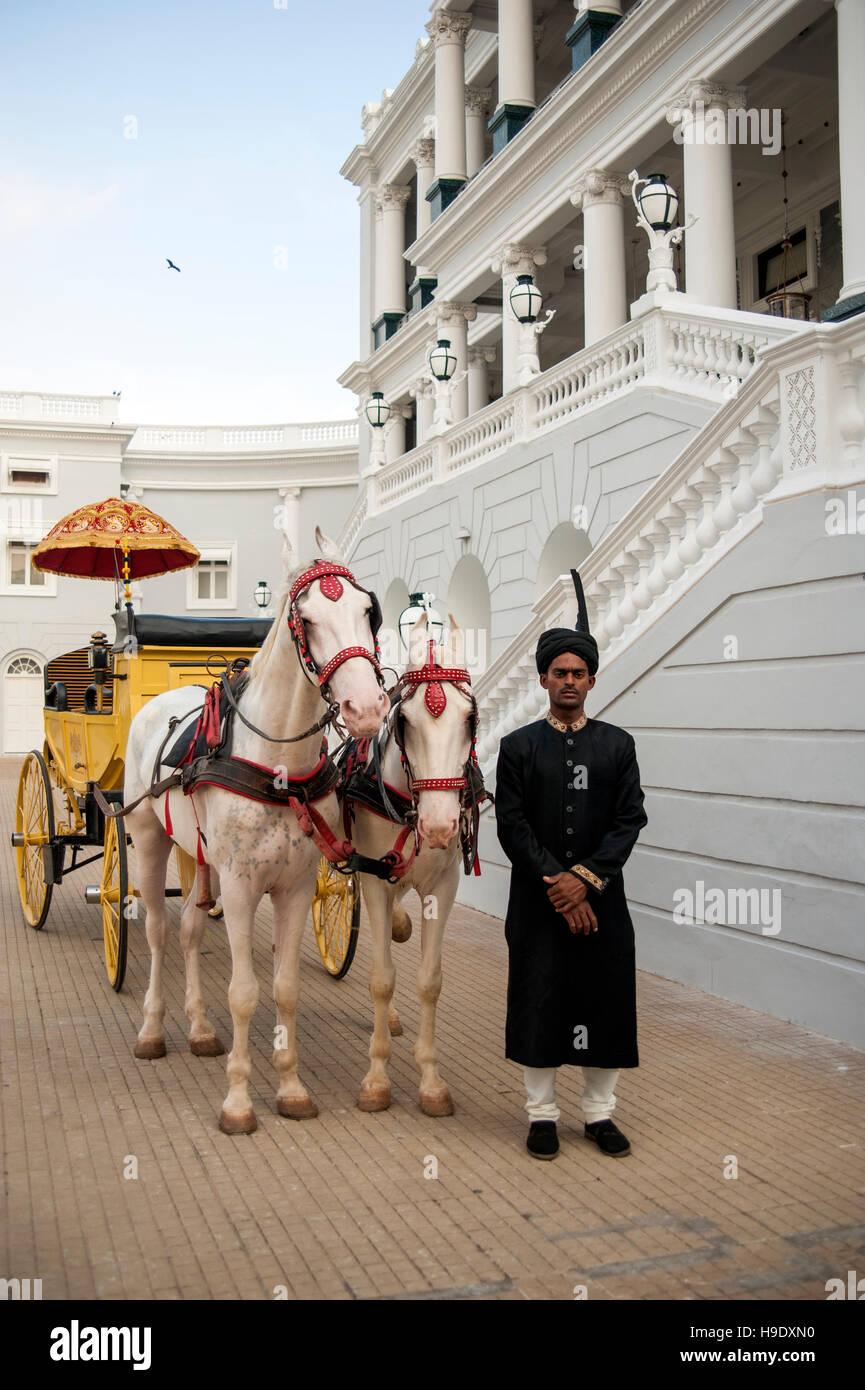 Un allenatore di antiquariato e albino cavalli fuori Falaknuma Palace a Hyderabad, in India. Immagini Stock
