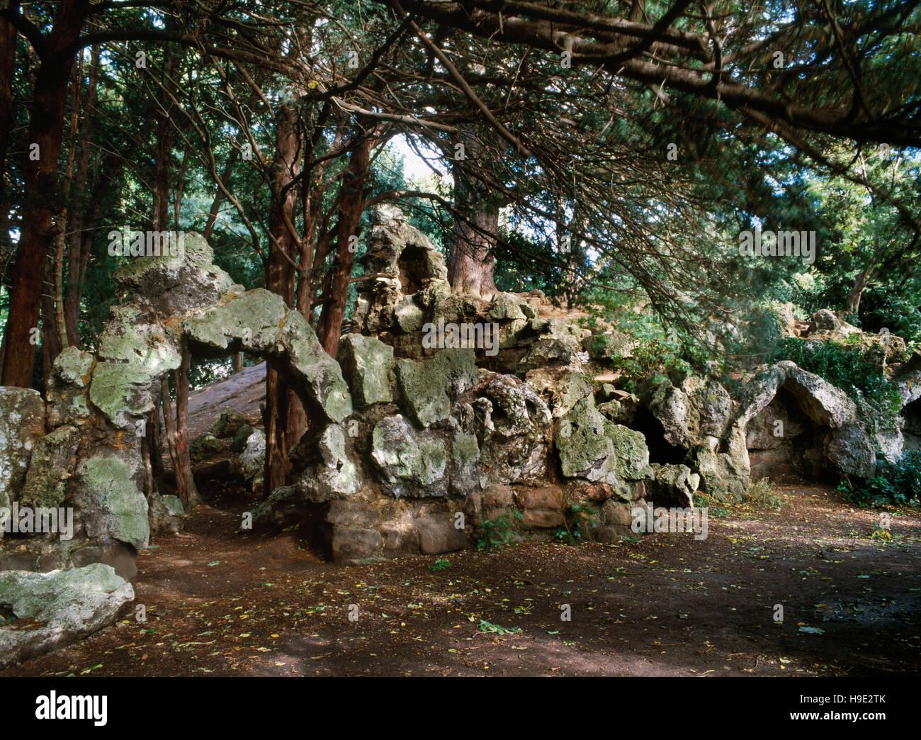 """Resti di un C xix secolo rockwork """" castello in rovina"""" costruito in pietra di tufo dal capo giardiniere Immagini Stock"""