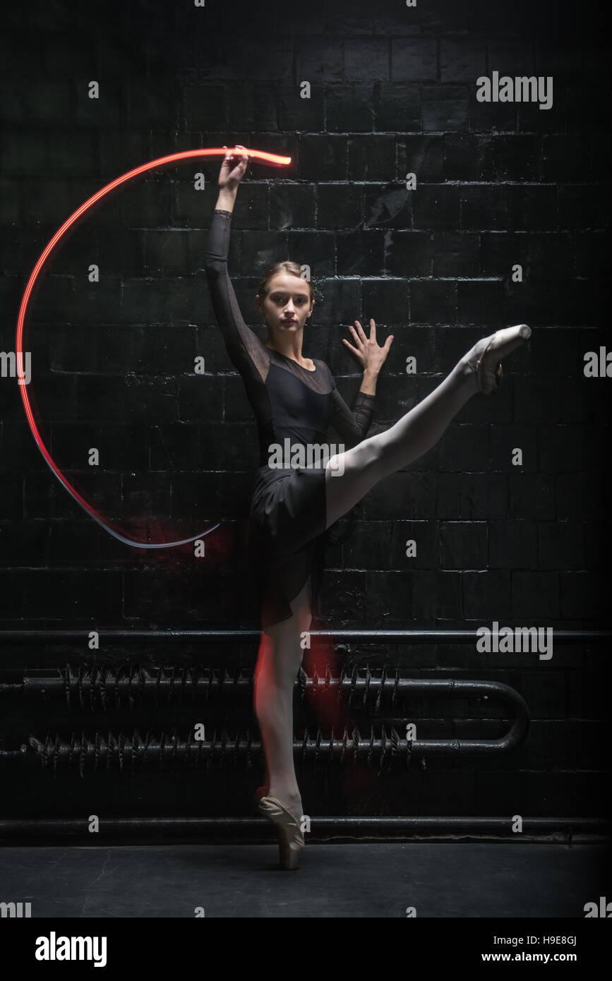 Ballerino affascinante che esprime la sua grazia Immagini Stock