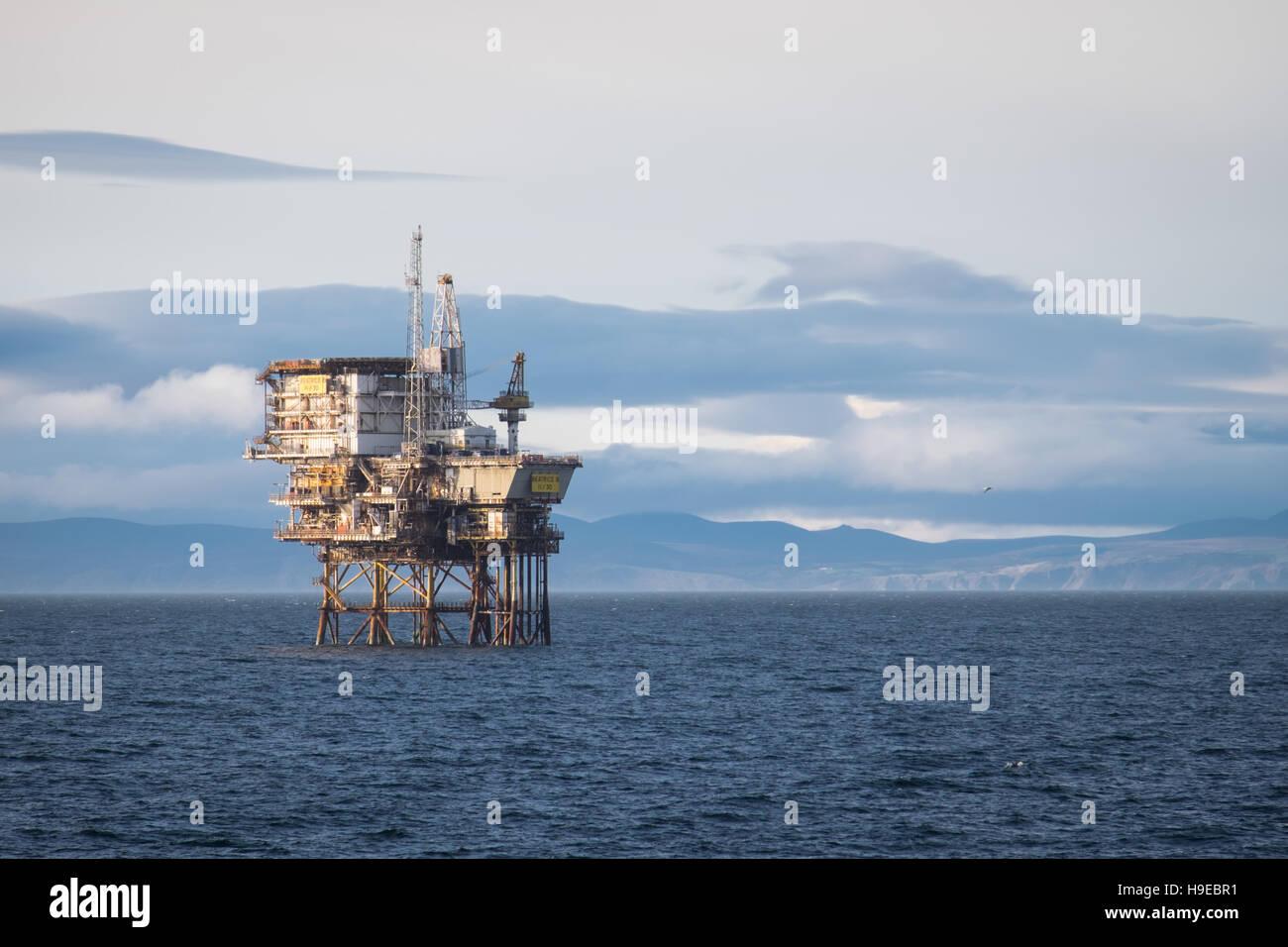 Piattaforma petrolifera, Beatrice B (11/30) nel Moray Firth, Scozia Immagini Stock