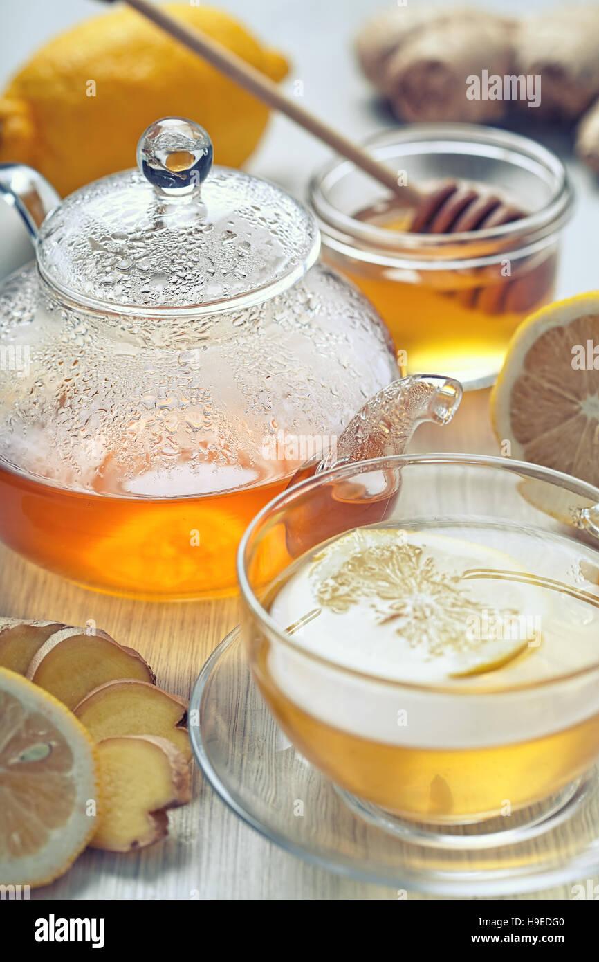 Il tè allo zenzero con miele e limone sul tavolo di legno Immagini Stock