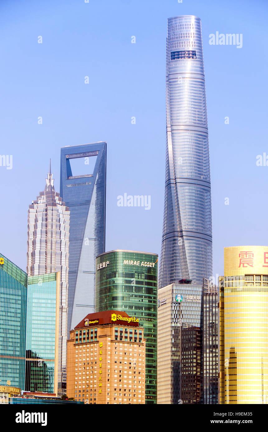 Shanghai New Skyline del paesaggio urbano nella golden sunshine. Il più alto edificio è Shanghai Tower Immagini Stock