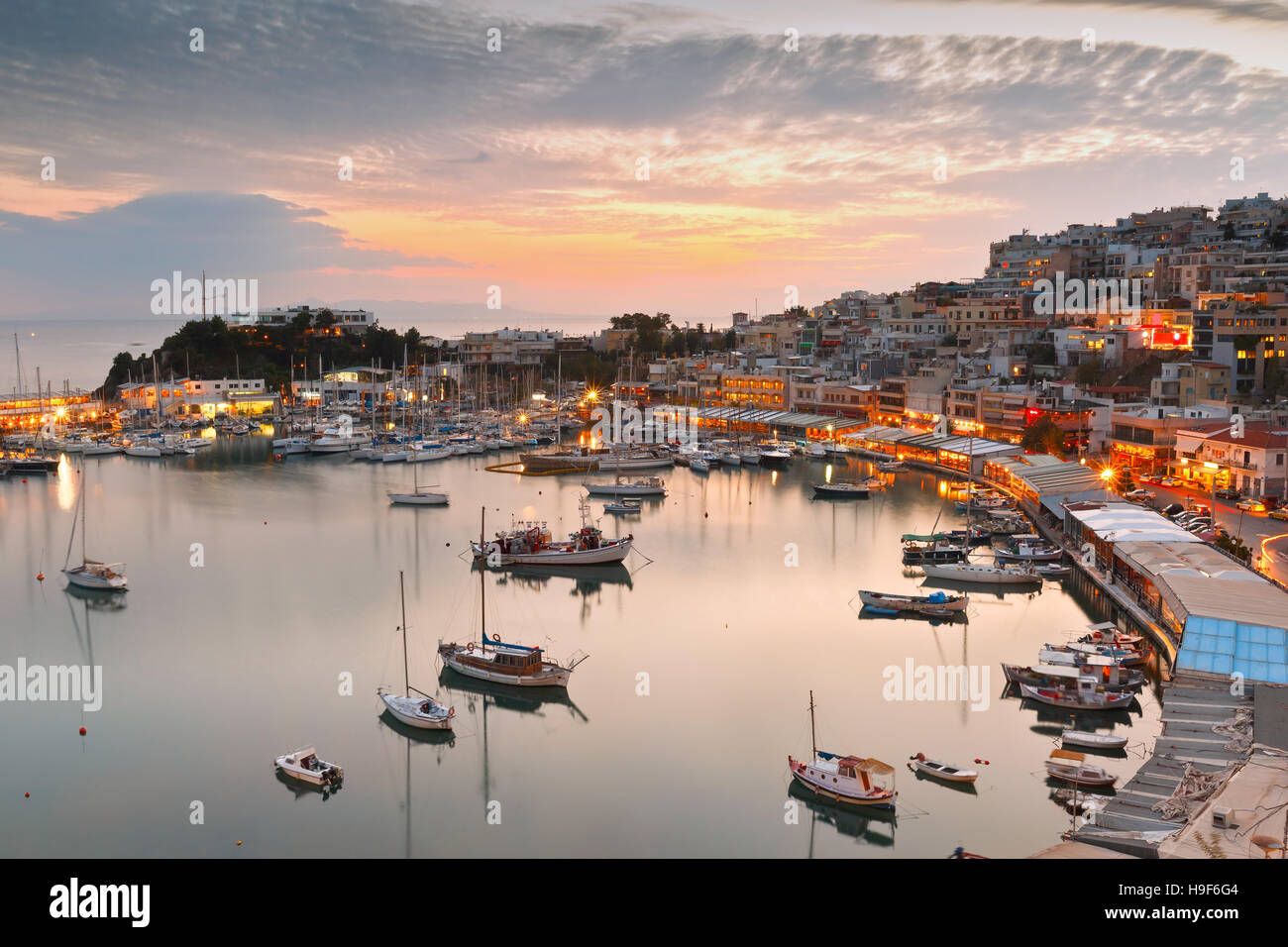 Vista serale di Mikrolimano marina in Atene in Grecia. Immagini Stock
