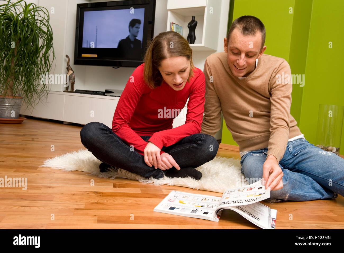 Giovane guardando il catalogo di vendita per corrispondenza Immagini Stock