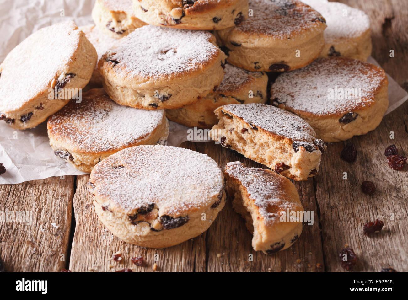 Cucina gallese: torte con uvetta e zucchero in polvere vicino sul tavolo. Posizione orizzontale Immagini Stock