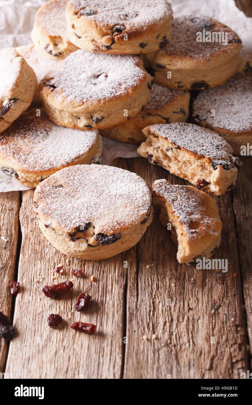Cucina gallese: torte con uvetta e zucchero in polvere vicino sul piano verticale. Immagini Stock