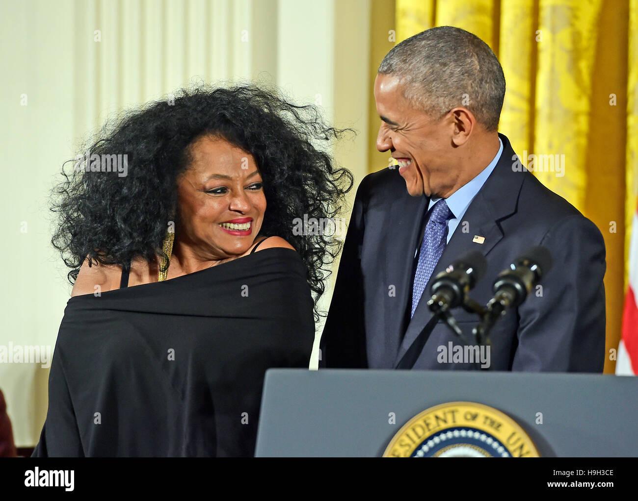Il Presidente degli Stati Uniti Barack Obama presenta la medaglia presidenziale della libertà alla cantante Immagini Stock