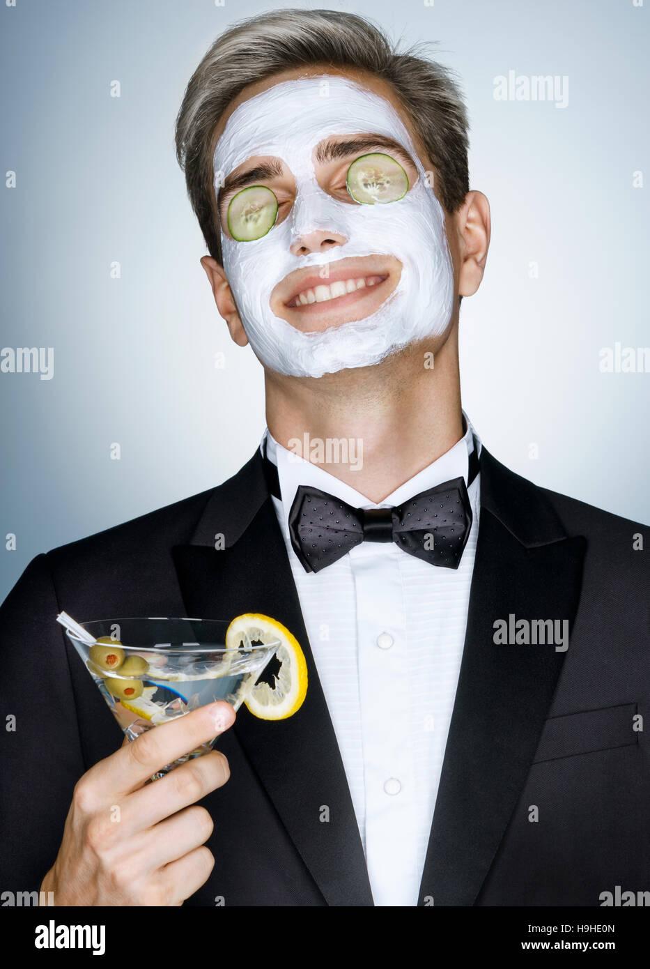 Una buona cura della pelle è molto importante. Felice di ricezione gentleman spa trattamento viso. Foto di Immagini Stock
