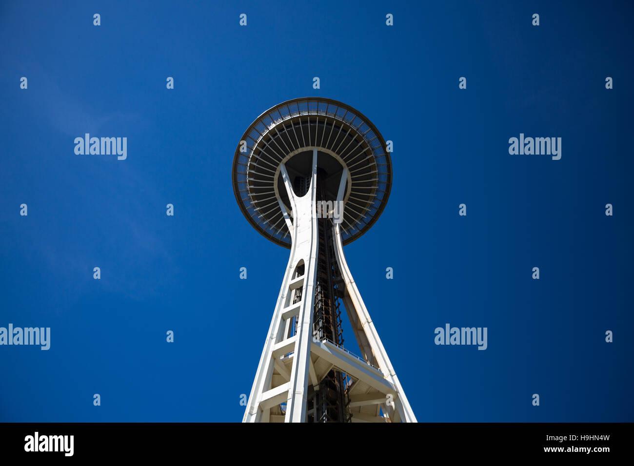 Vista del Monte Rainier contro un cielo blu chiaro dalla parte superiore dello Space Needle - Seattle, WA Immagini Stock