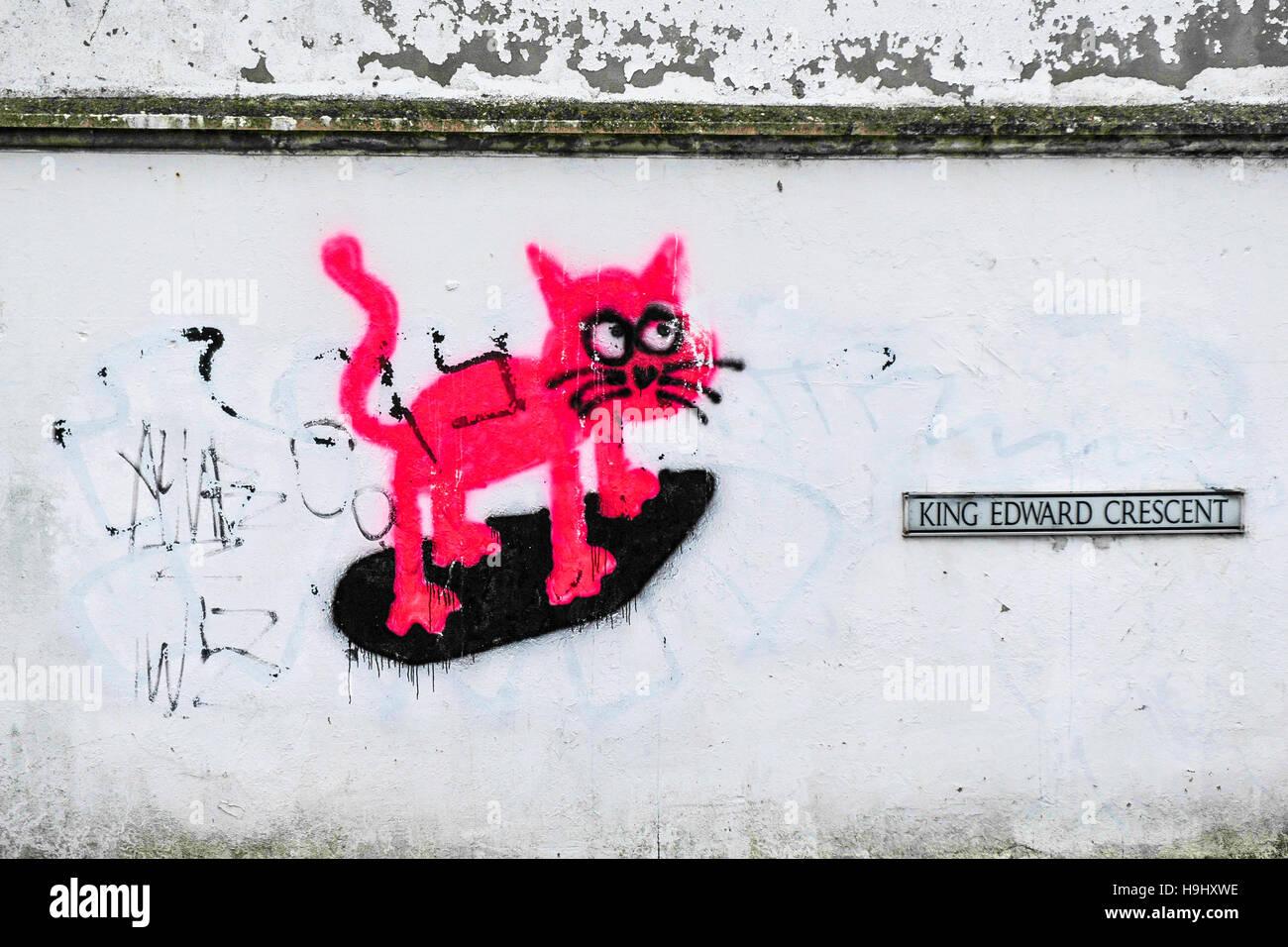 Graffiti - un cartoon gatto rosa viene spruzzato su una parete. Immagini Stock