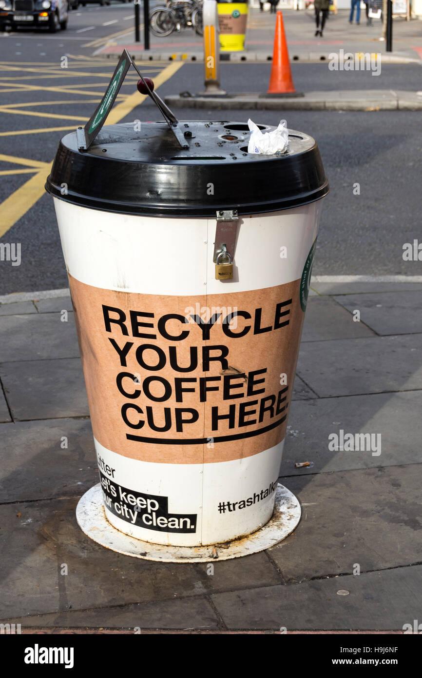 Tazza di caffè recycling bin, Oxford Street, il centro città di Manchester, Inghilterra, Regno Unito Immagini Stock