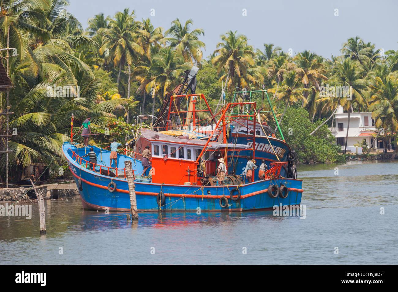 Coloratissime barche di pescatori in Kerala, vicino a Cochin, India Immagini Stock