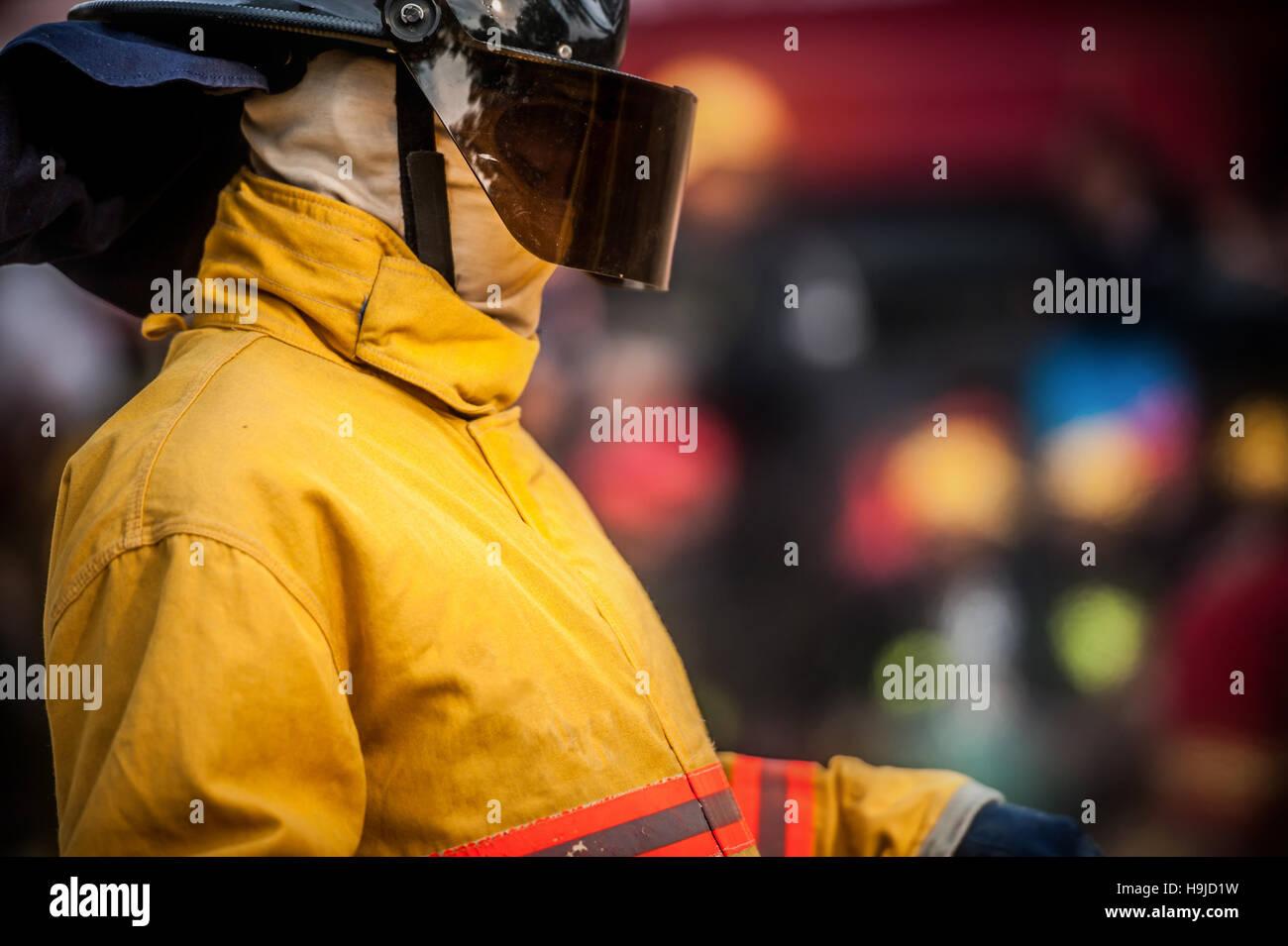 Un abito di vigili del fuoco il loro soddisfare prima del funzionamento Immagini Stock