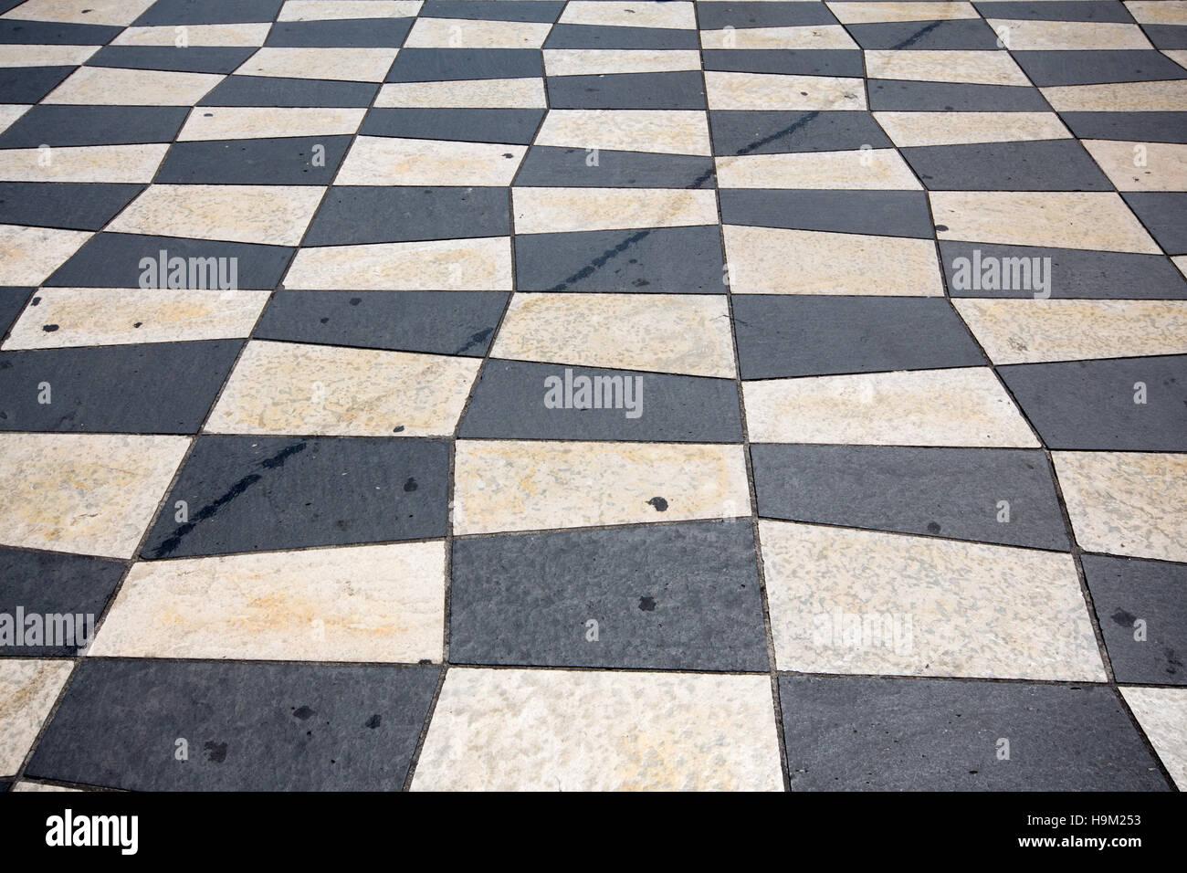 In bianco e nero a scacchi in piastrelle per pavimento foto