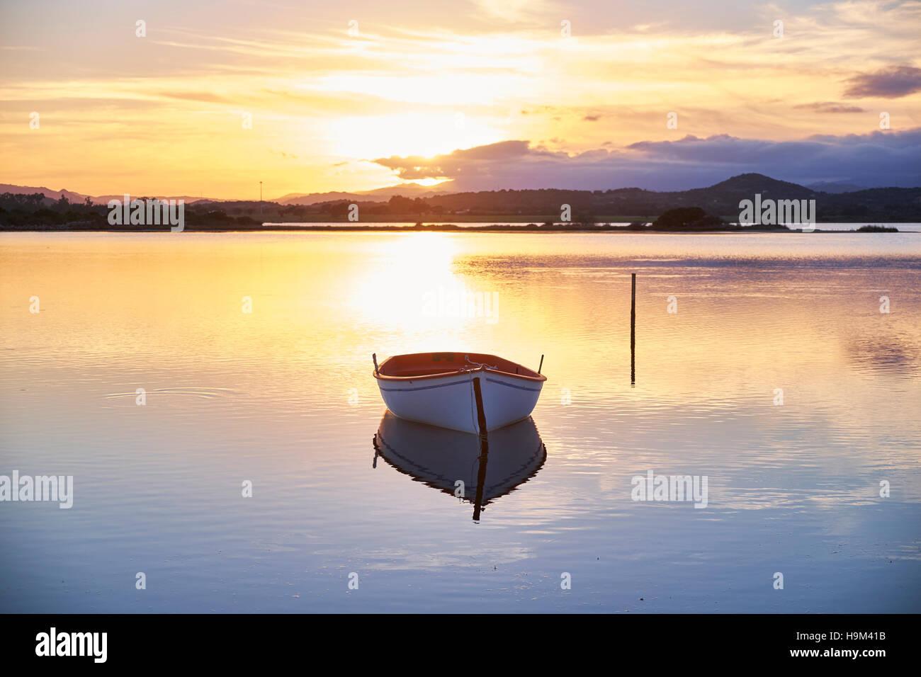 L'Italia, Sardegna, Murta Maria, barca in acqua al tramonto Immagini Stock