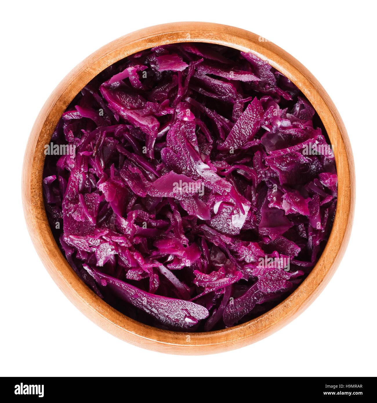 Cuocere cavolo rosso nella ciotola di legno. Brassica oleracea, anche cavolo viola, rosso o blu kraut. Immagini Stock