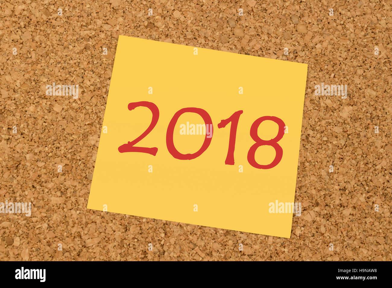 Bigliettino giallo su un ufficio bacheca di sughero - Anno Nuovo 2018 Immagini Stock