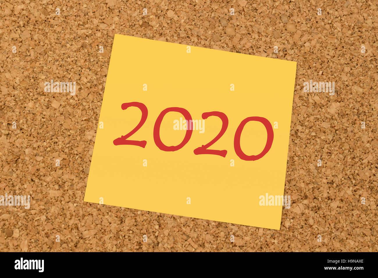 Bigliettino giallo su un ufficio bacheca di sughero - Anno Nuovo 2020 Immagini Stock