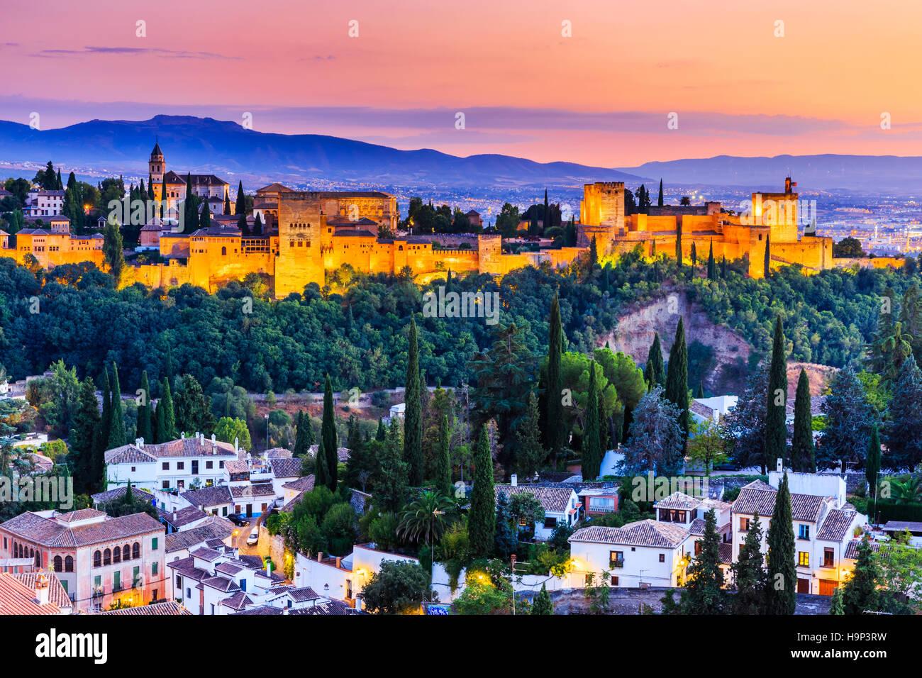 Alhambra di Granada, Spagna. Fortezza di Alhambra al crepuscolo. Immagini Stock
