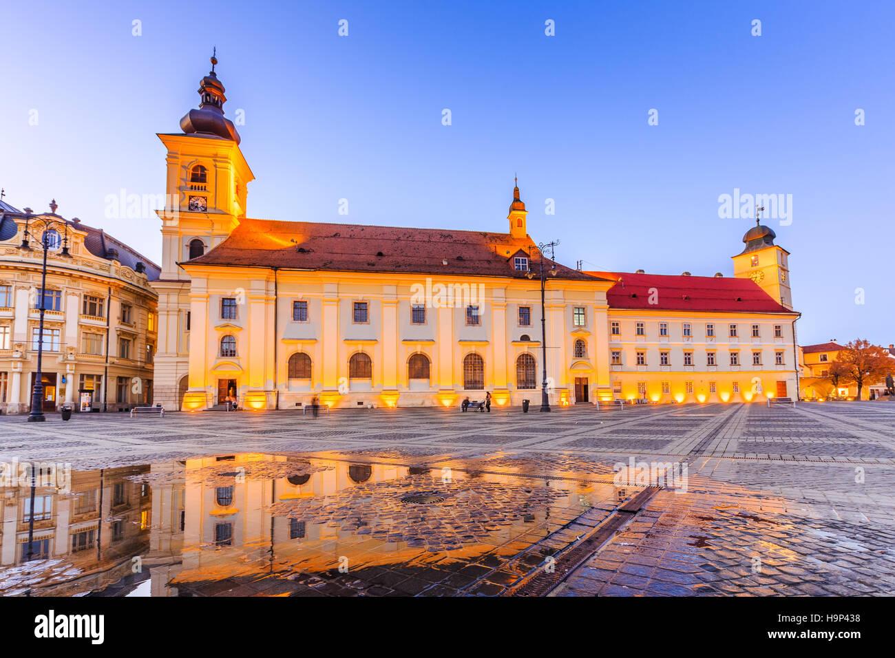 Sibiu, Romania. Grande piazza e municipio. Transilvania città medievale. Immagini Stock