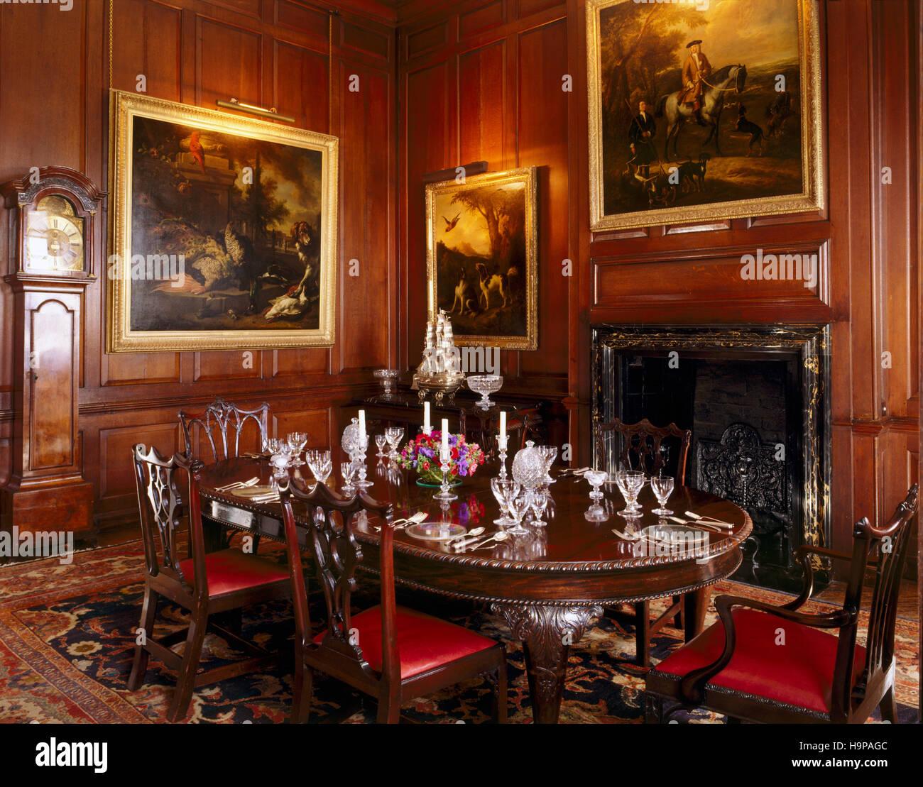 Camera con vista della sala da pranzo a Antony House che mostra il tavolo da pranzo, sedie Chippendale, noce longcase Immagini Stock