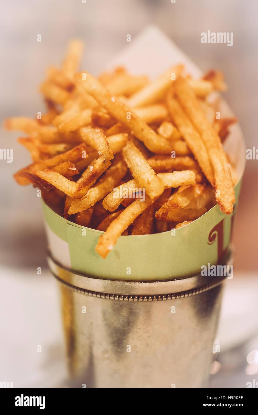 Le patatine fritte in metallo di stagno benna Immagini Stock