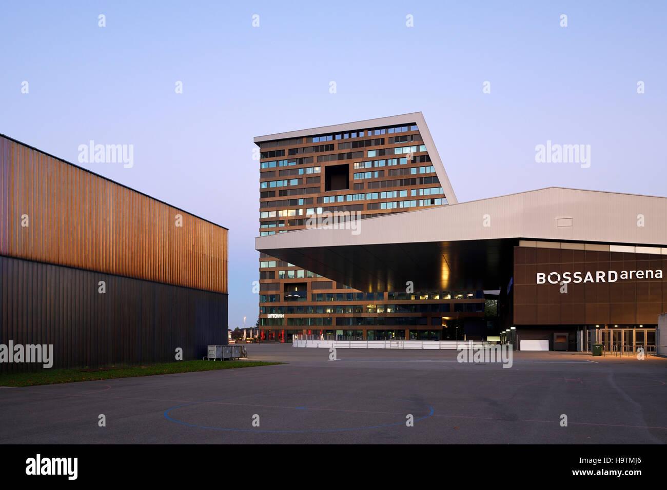 Bossard Arena e Up-Town highrise, Zugo, cantone di Zug, Svizzera Immagini Stock
