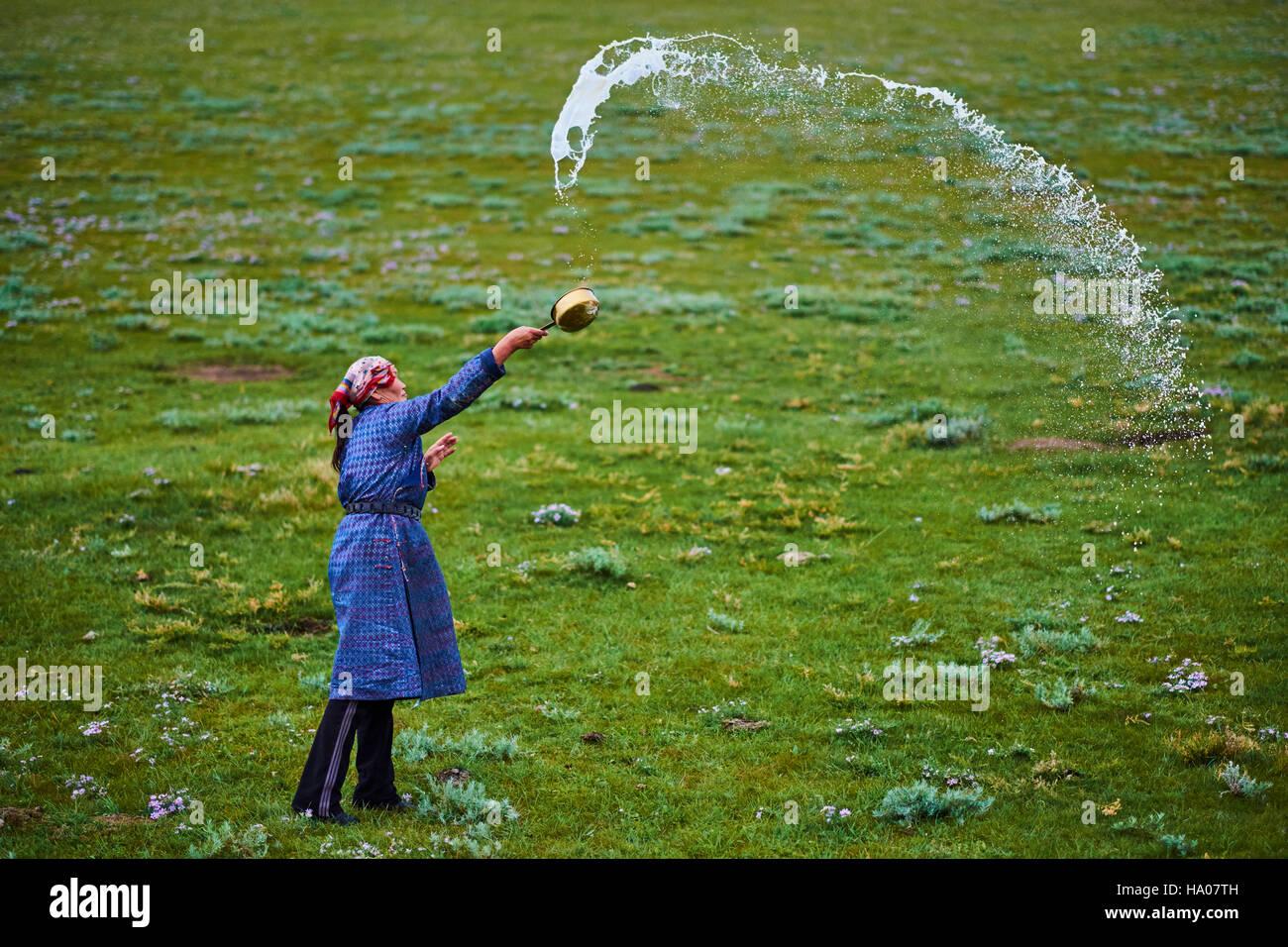 Mongolia, provincia Arkhangai, nomad donna fare un offerta a Tengri, lo spirito del cielo Immagini Stock