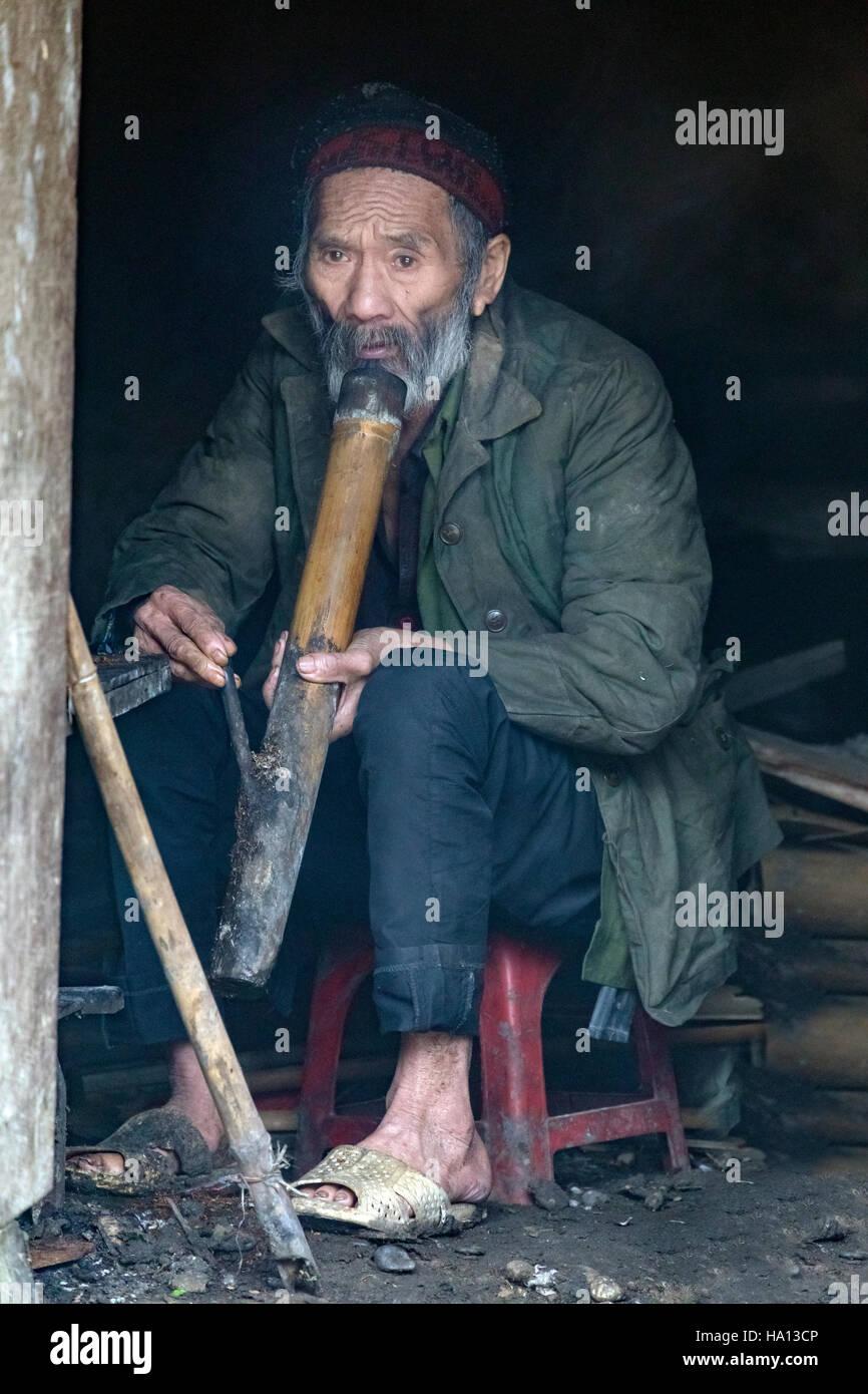 Etnia vietnamita vecchio uomo fumare la pipa in Ta Phin, Lao Cai di Sapa, il Vietnam Asia Immagini Stock