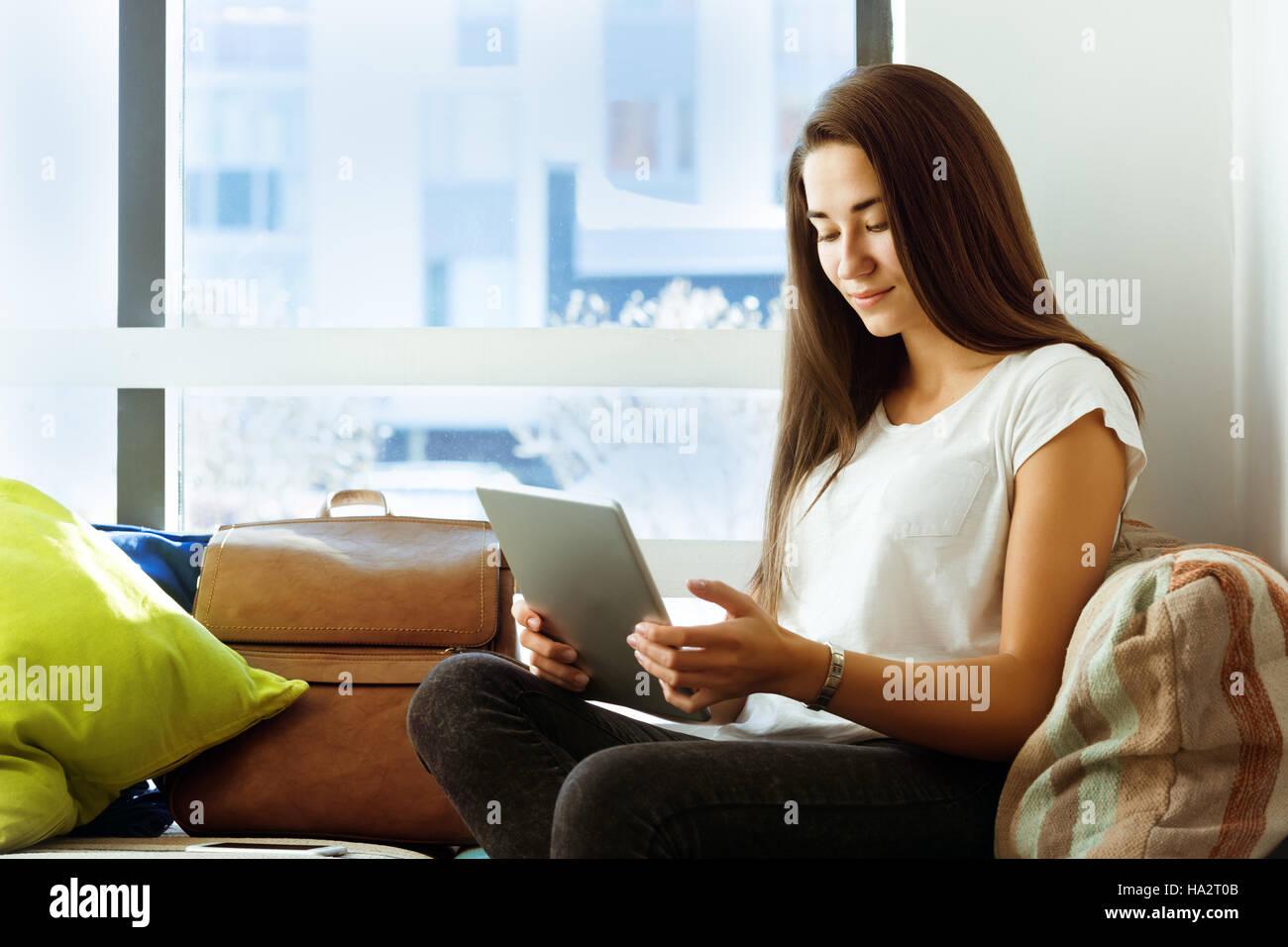 Bella ragazza computer tablet coffee shop Immagini Stock