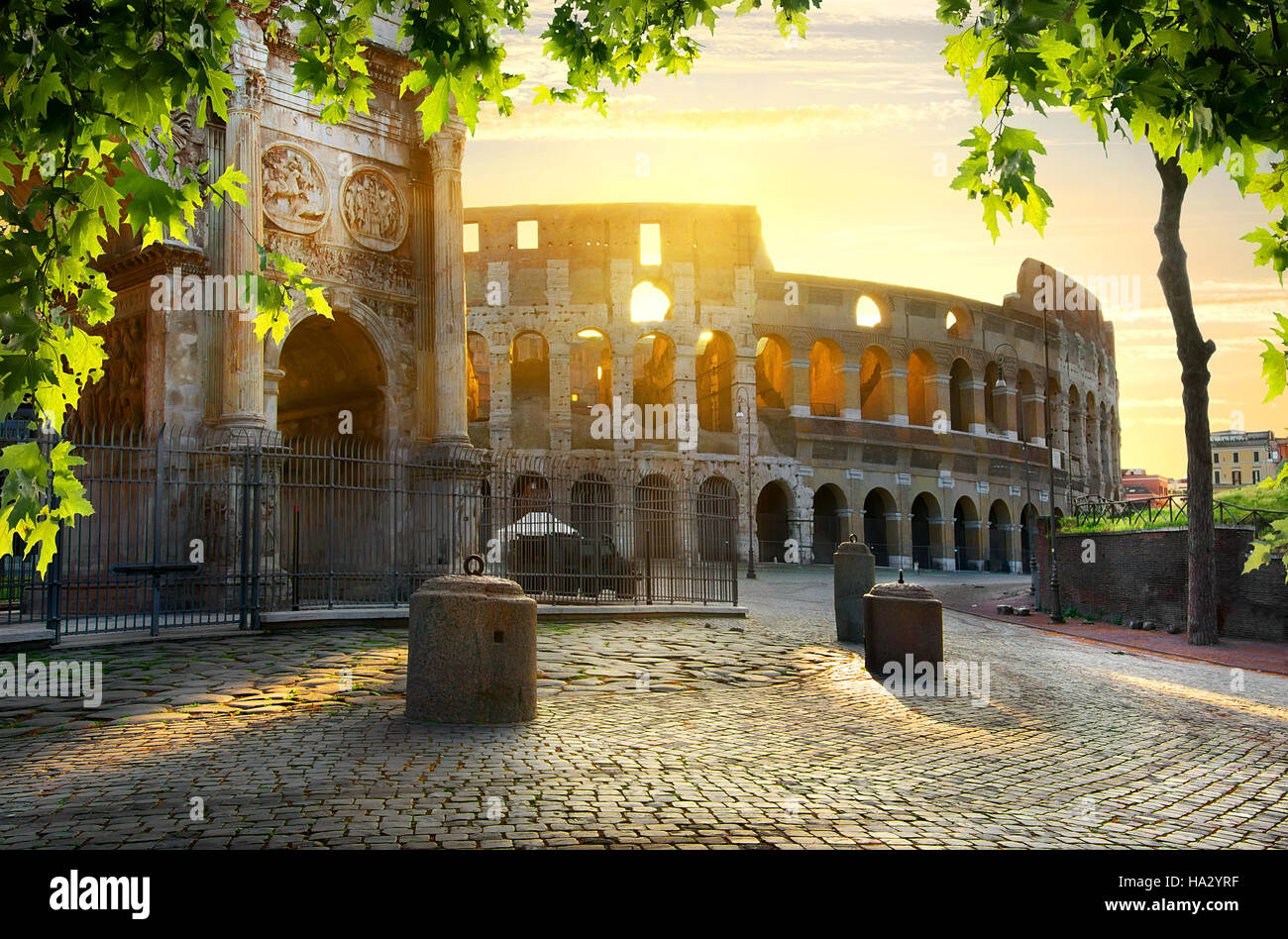 Strada al Colosseo nella calma della mattina di sole Immagini Stock