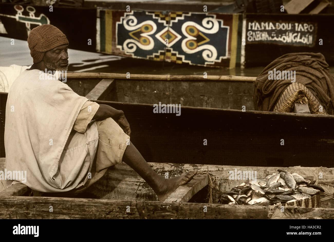 Mopti, Mali, Africa - Gennaio, 26, 1992 - Il Fiume Bani confluisce nel fiume Niger, piroghe e mercati del pesce Foto Stock