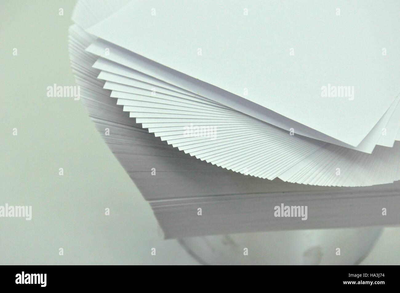 Fogli di carta è dispiegata come mazzo di carte Immagini Stock
