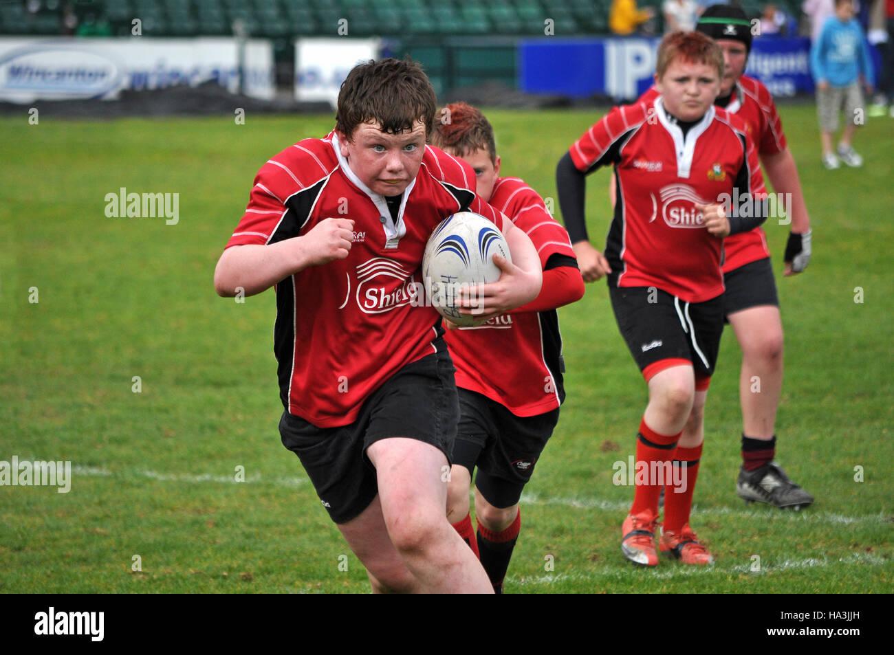 Ragazzi adolescenti giocando a rugby Immagini Stock