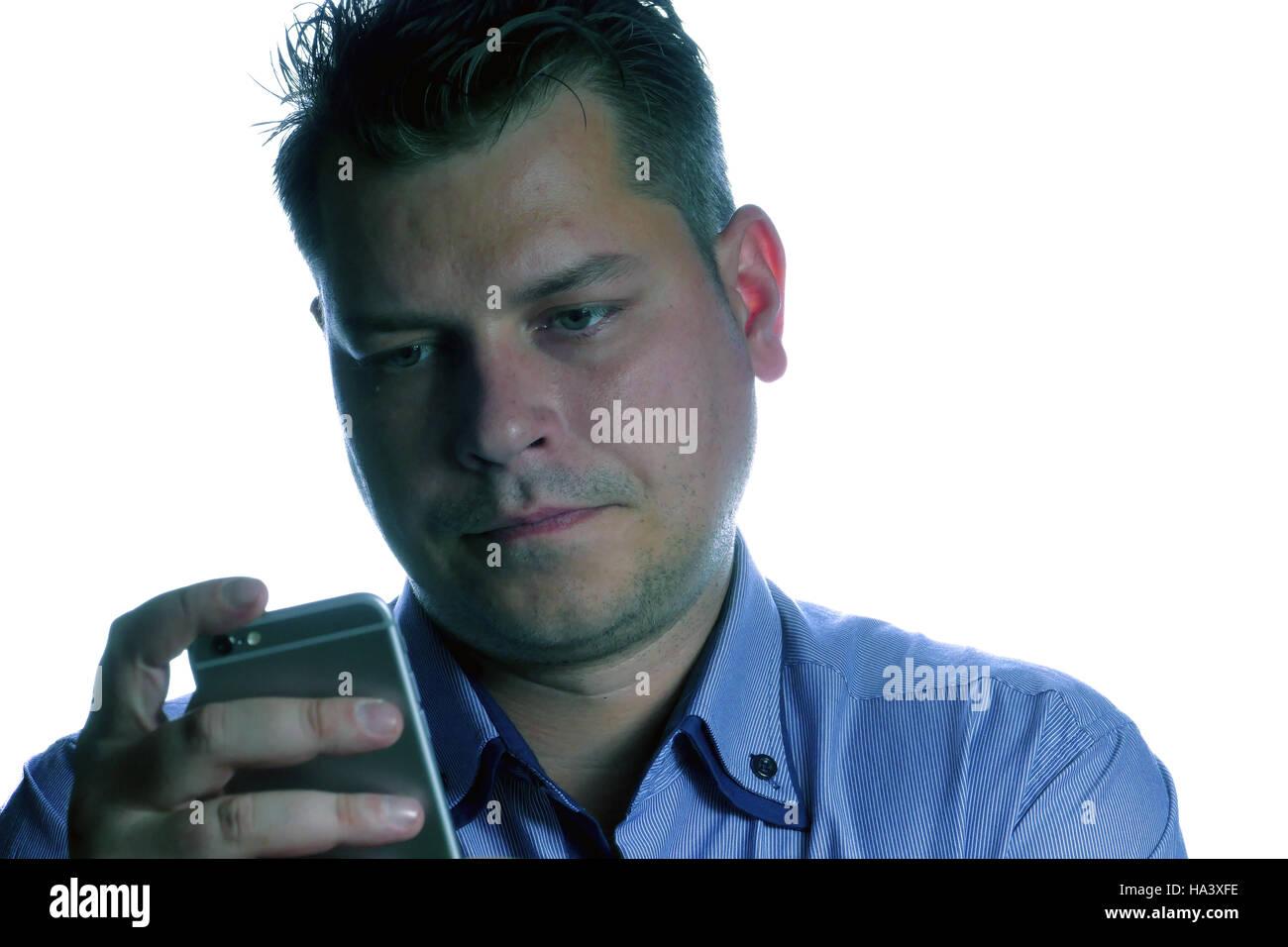 Uomo Che Guarda Sconvolto Sul Telefono Isolato Su Uno Sfondo Bianco