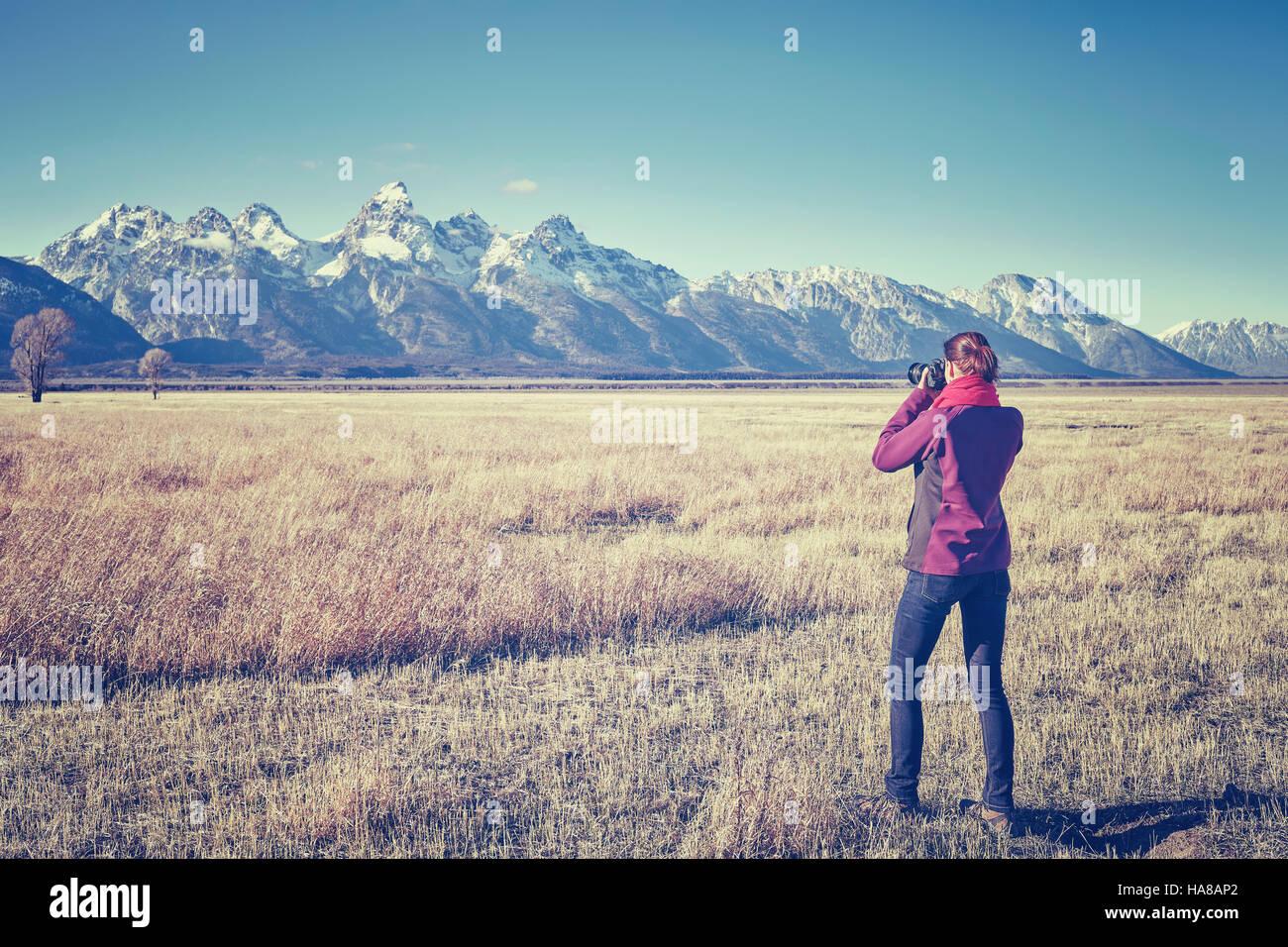 Vintage femmina tonico montare escursionista scattare foto con la fotocamera reflex digitale nel Parco Nazionale Immagini Stock