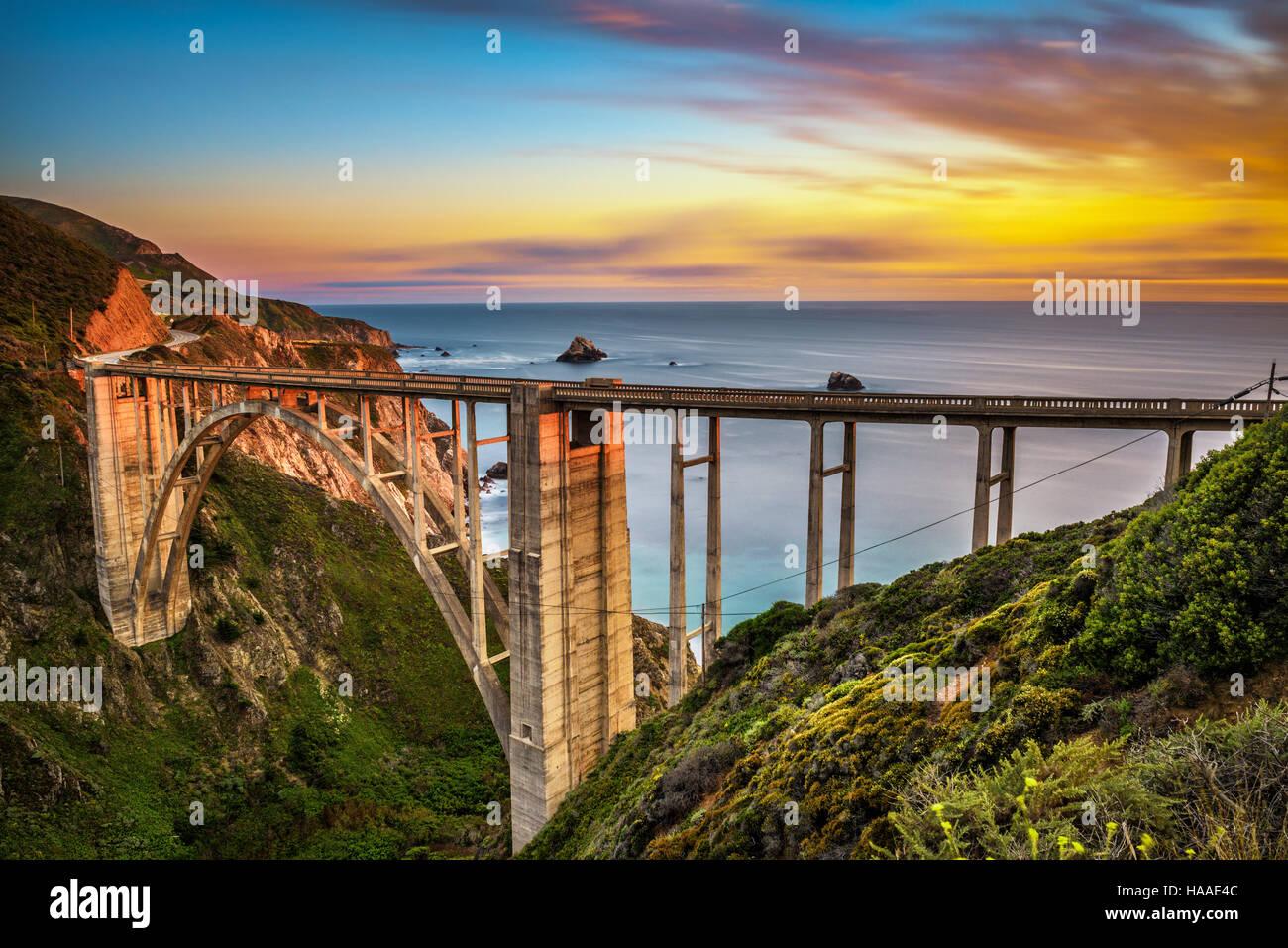 Bixby Bridge (Rocky Creek Bridge) e Pacific Coast Highway al tramonto vicino a Big Sur in California, Stati Uniti Foto Stock