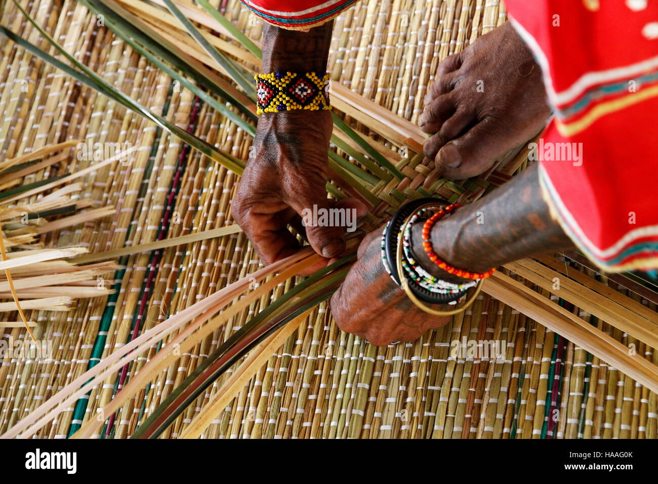 Cestello Manobo richiede di tessitura agile dita delle mani e dei piedi. Nota il tessitore tatuaggi lineare, che Immagini Stock