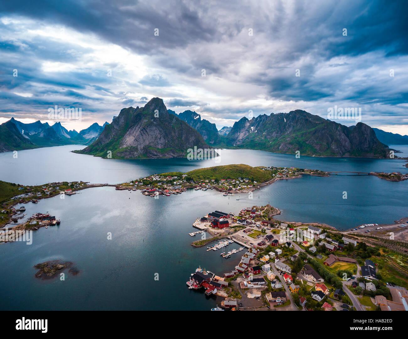Le isole Lofoten sono un arcipelago nella contea del Nordland, Norvegia. È noto per un caratteristico paesaggio Immagini Stock