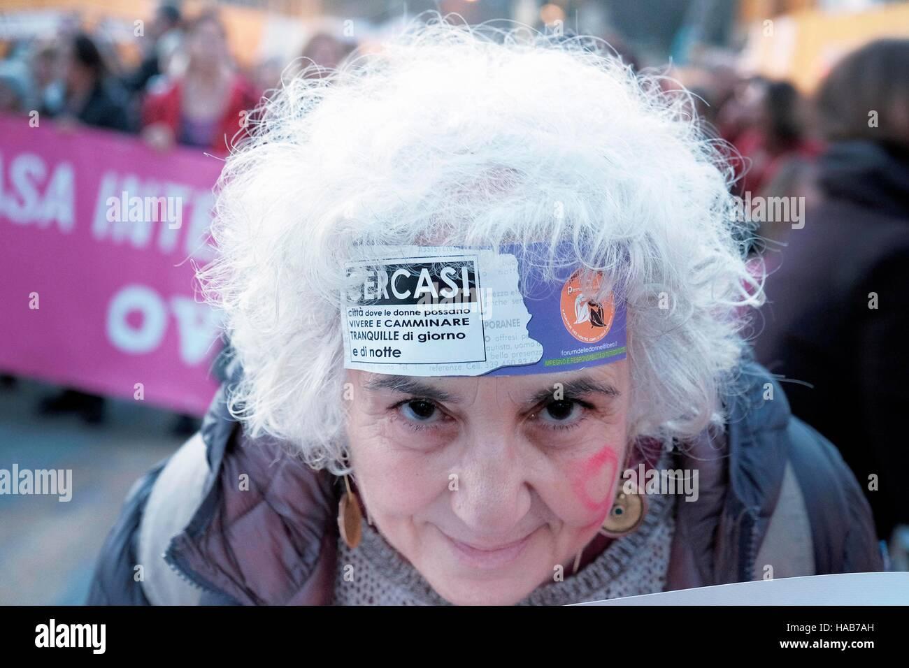 """Roma, Italia. 27 Novembre, 2016. Manifestazione nazionale """" Non una di meno - non uno di meno"""" per protestare Immagini Stock"""