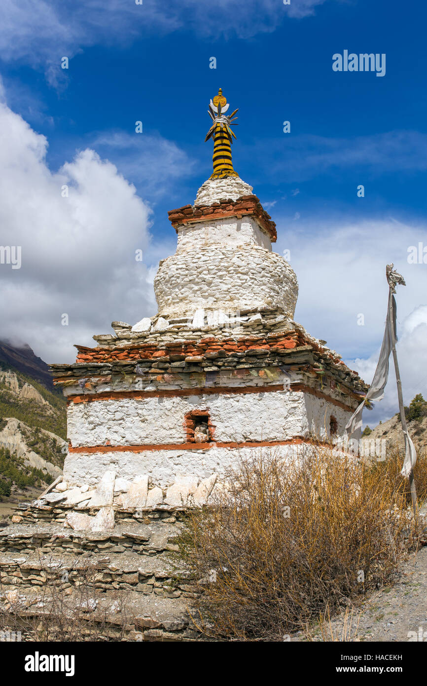 Tradizionale antica stupa buddisti sul circuito di Annapurna Trek in Himalaya, Nepal. Immagini Stock
