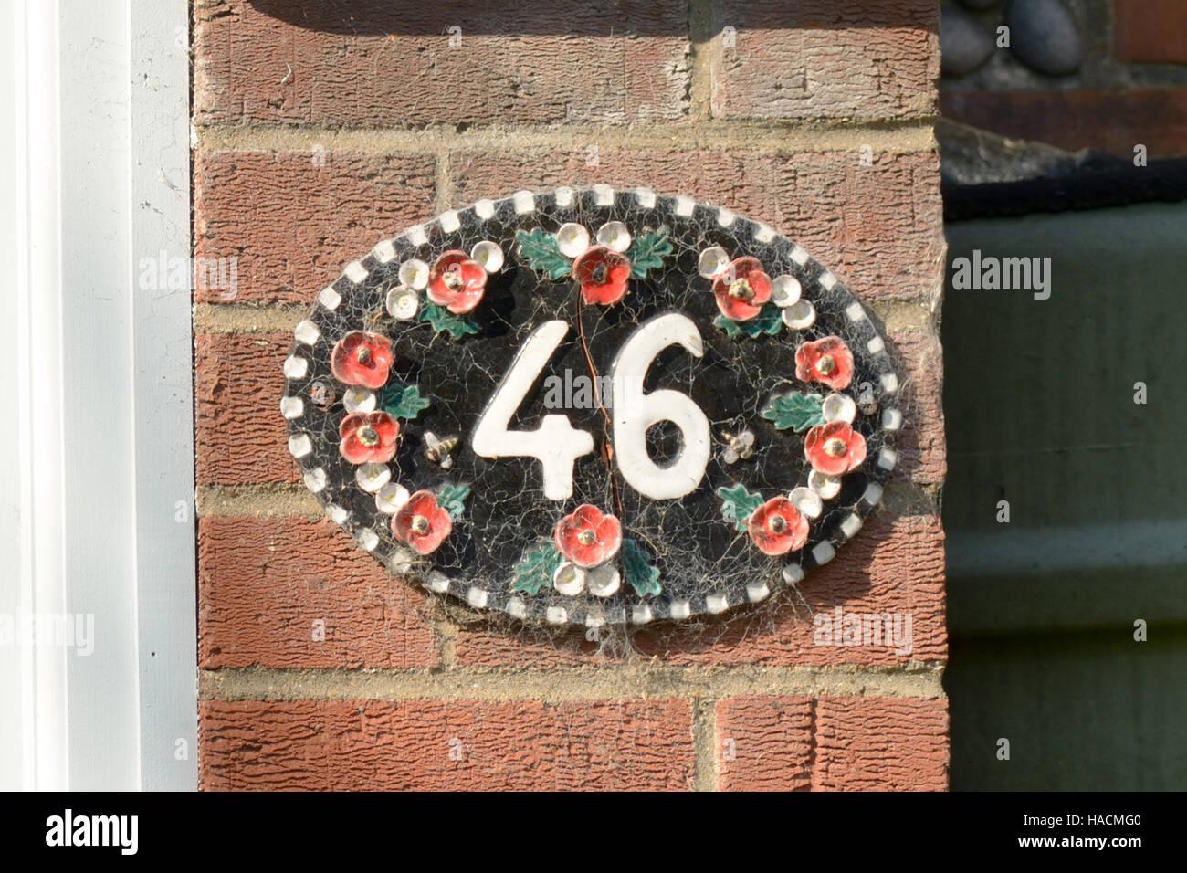 Il numero civico piastrella ceramica segno sulla parete foto