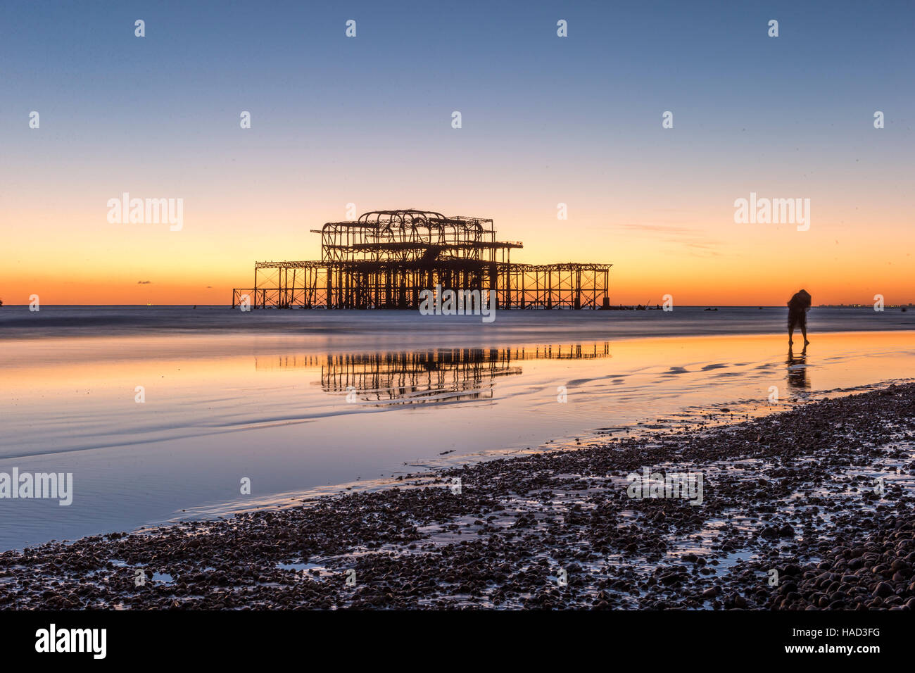 Brighton il bruciato Molo Ovest al tramonto REGNO UNITO Foto Stock