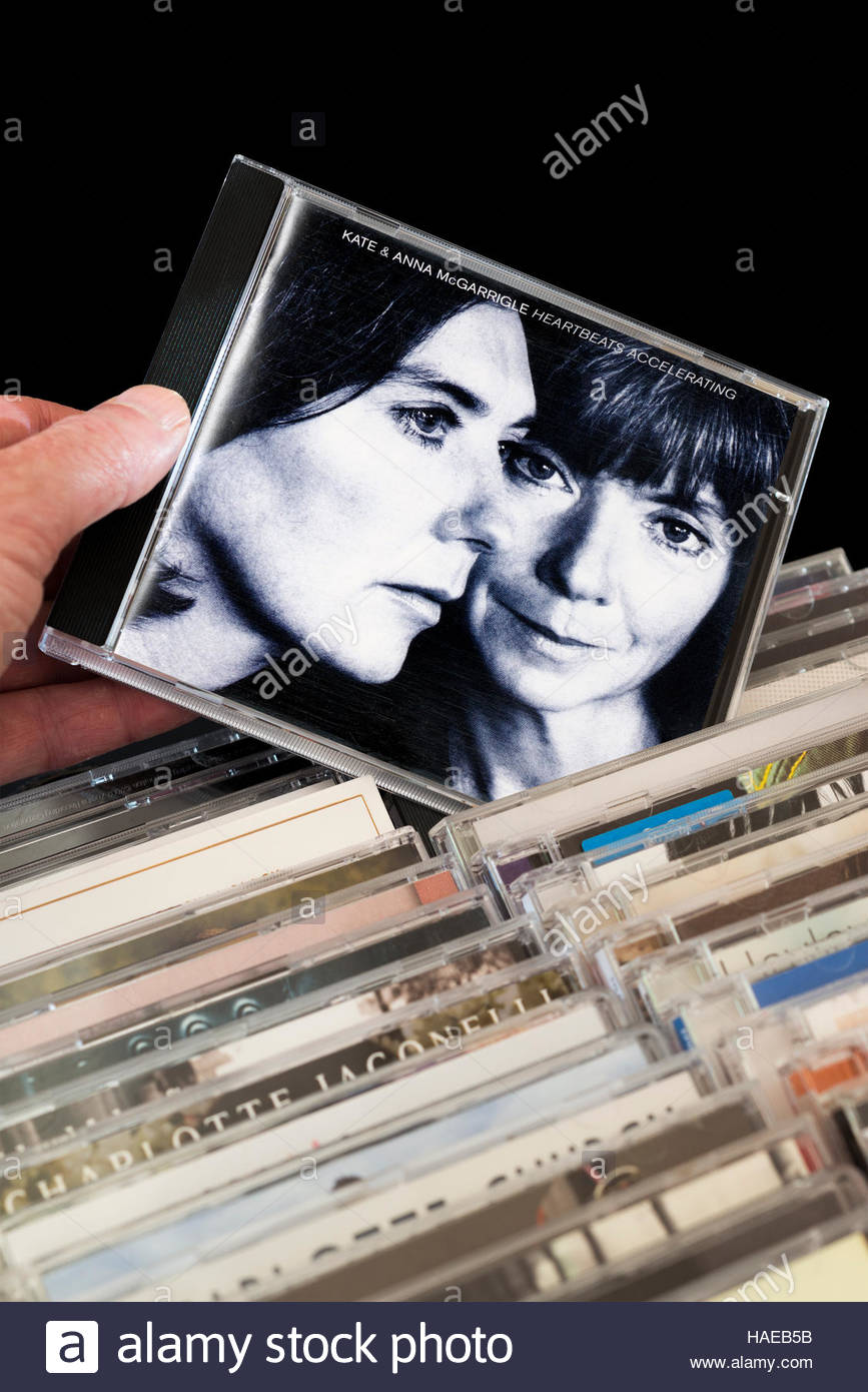 Heartbeats accelerando, Kate e Anna McGarrigle CD essendo scelti tra le righe di altri CD Immagini Stock