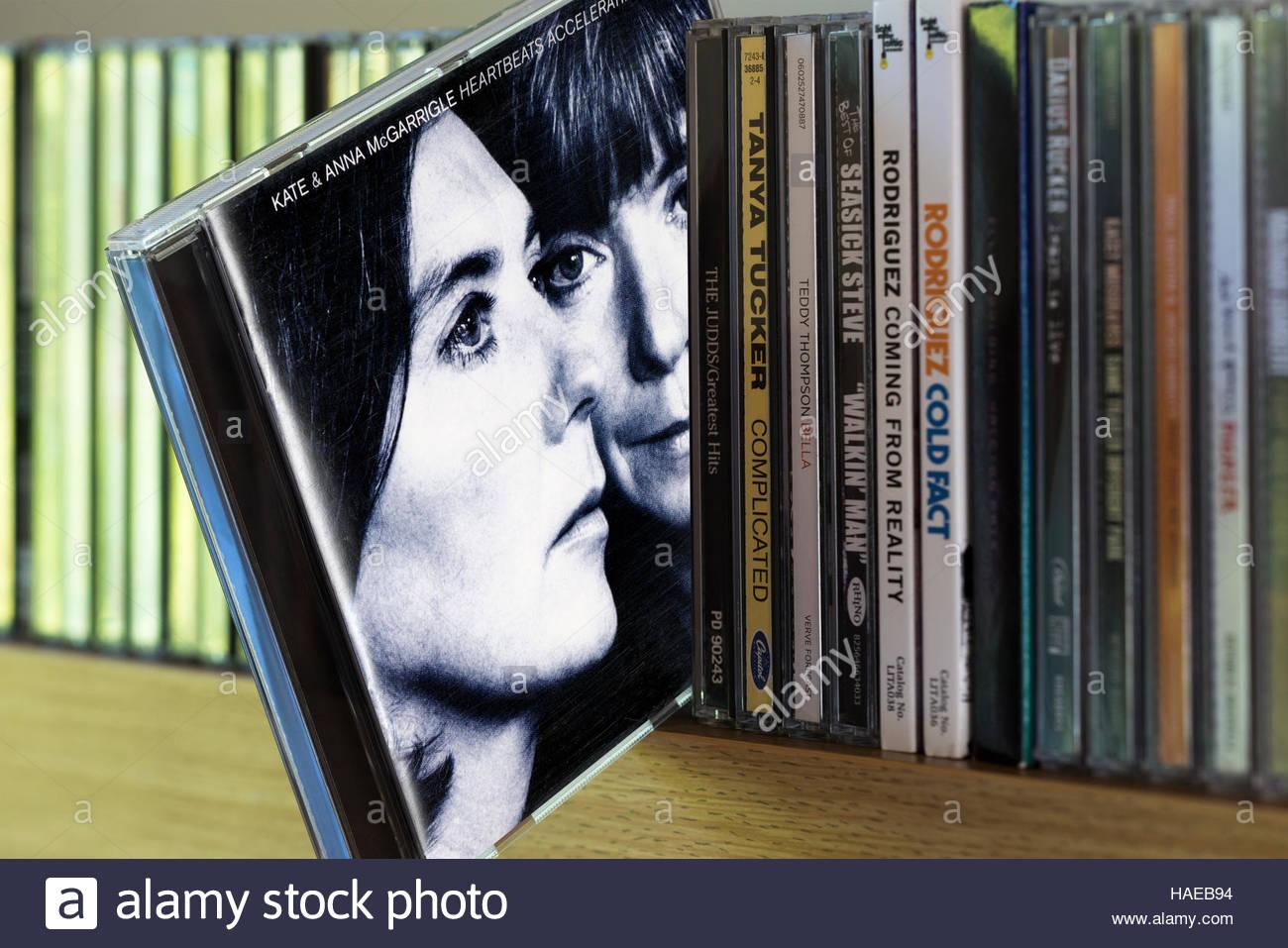 Heartbeats accelerando, Kate e Anna McGarrigle CD tirata fuori da tra gli altri CD su un ripiano Immagini Stock