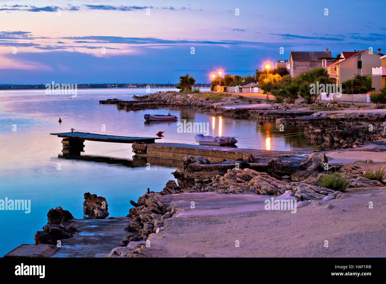 Isola di Vir spiaggia e il lungomare all alba, Dalmazia, Croazia Immagini Stock