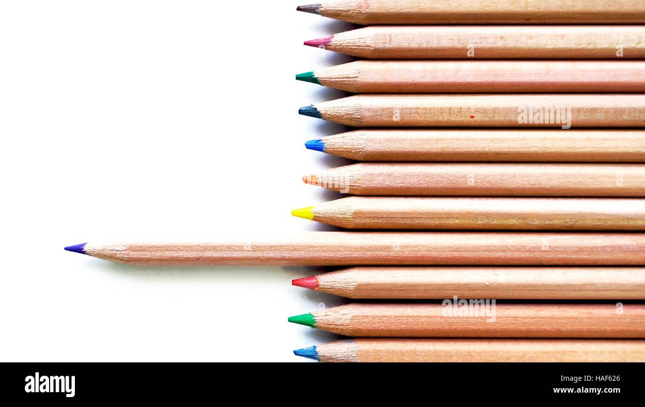In legno matite di colore viola accento vista top stationery office business di alimentazione isolata Immagini Stock